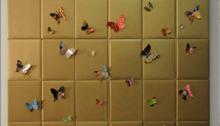 WÜTHRICH Peter (CH) Uncovered Stories, 30 livres dorés papillons jaquette livres/bois, 142x140x8cm, 2010