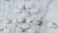 F. MARS, Mon enfance détail, marbre de Carrare évidé, 70x50 cm pièce unique photo J. ROBERT